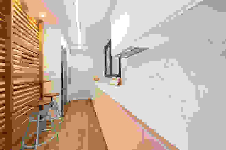 Cocina blanca con revestimiento imitación a mármol de Sincro Moderno Tablero DM