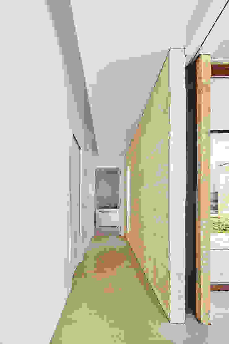 CASA ES CARNATGE Pasillos, vestíbulos y escaleras de estilo moderno de Miel Arquitectos Moderno