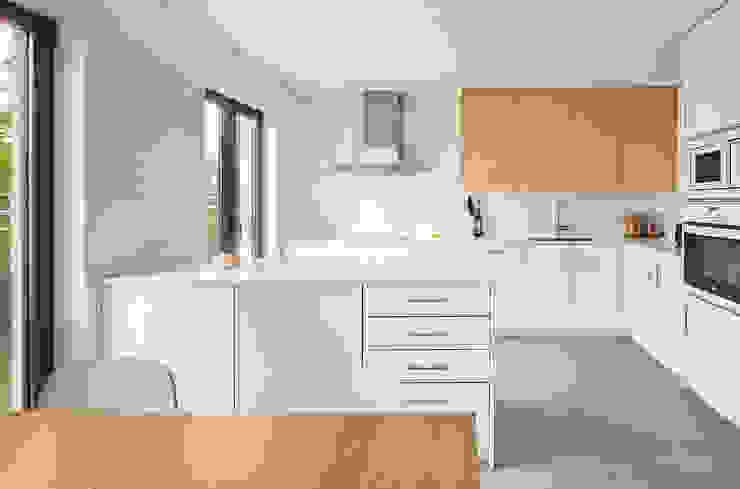 CASA ES CARNATGE Cocinas de estilo moderno de Miel Arquitectos Moderno