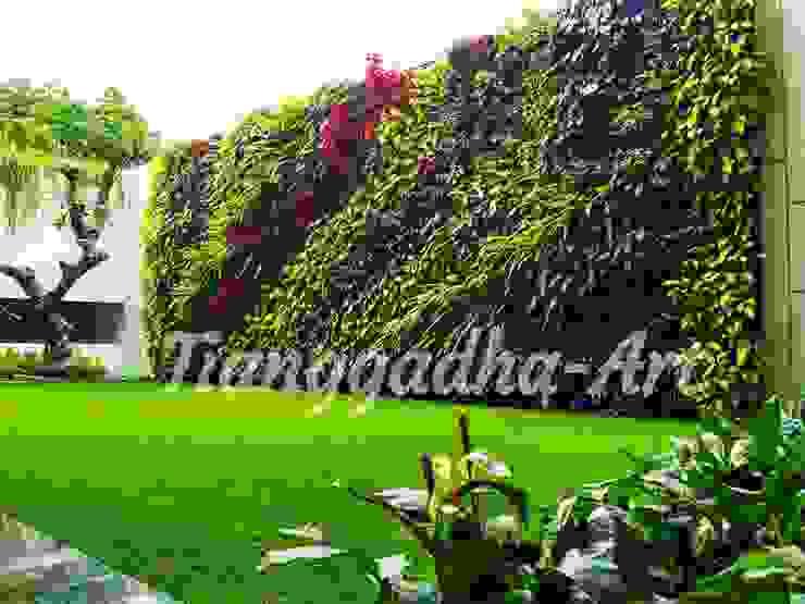 JASA PEMASANGAN TAMAN VERTIKAL / VERTICAL GARDEN Dinding & Lantai Modern Oleh Tukang Taman Surabaya - Tianggadha-art Modern Aluminium/Seng