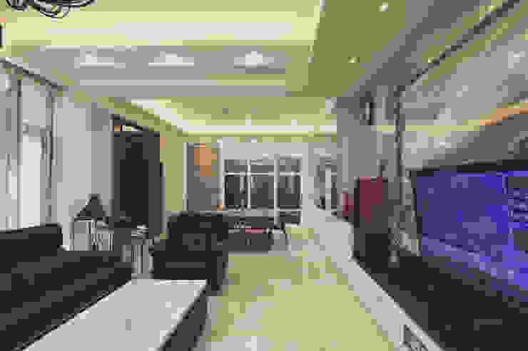 客廳天花板採用漸層設計 现代客厅設計點子、靈感 & 圖片 根據 奕禾軒 空間規劃 /工程設計 現代風