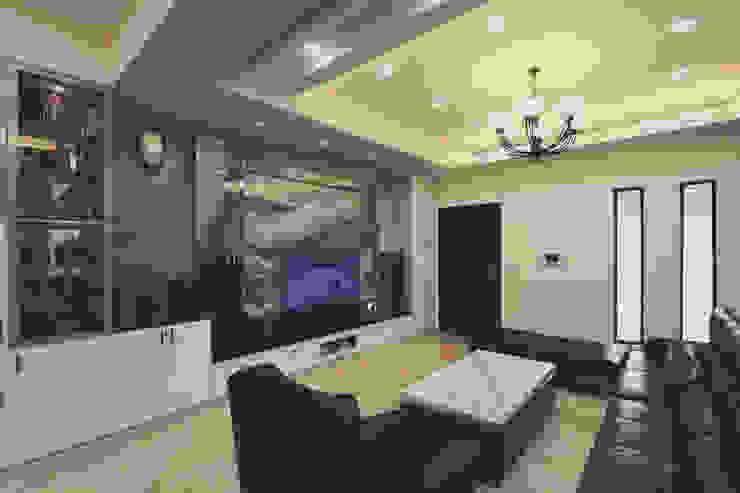 客廳桌也用大理石與電視牆做呼應 现代客厅設計點子、靈感 & 圖片 根據 奕禾軒 空間規劃 /工程設計 現代風