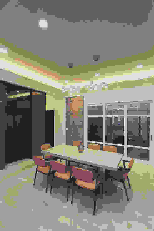 餐廳領域使用水晶吊燈讓人更有奢華感 根據 奕禾軒 空間規劃 /工程設計 現代風