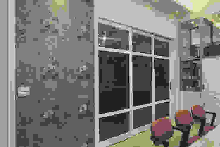 廚房用玻璃拉門與餐廳隔開 根據 奕禾軒 空間規劃 /工程設計 現代風 玻璃