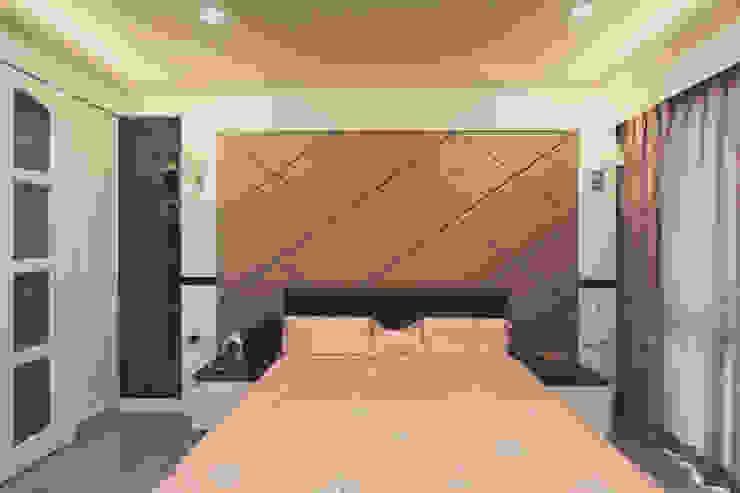 床頭牆使用大片金色帶出古典風味 根據 奕禾軒 空間規劃 /工程設計 古典風