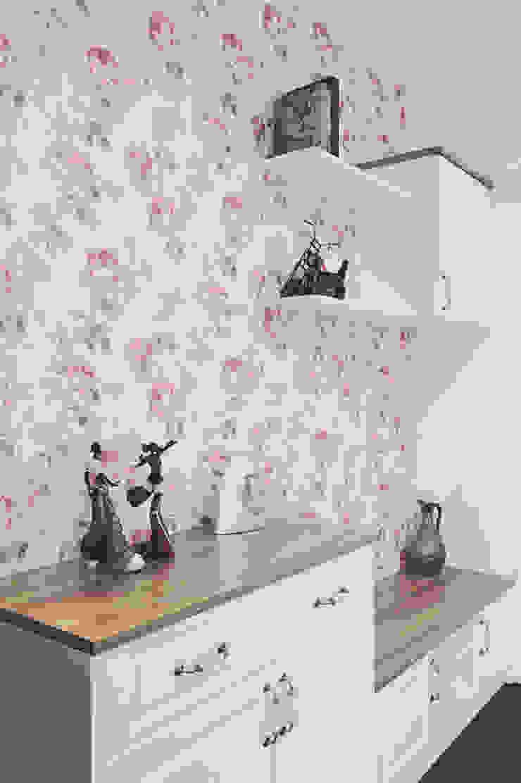 色調簡單的美式五斗櫃擺放主人的收藏品與衣物:  國家  by 奕禾軒 空間規劃 /工程設計, 鄉村風