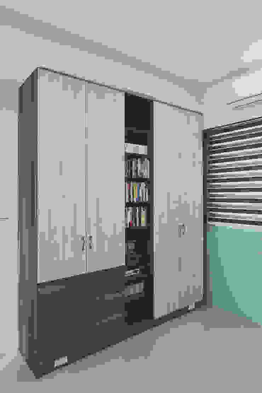 衣櫃中間開放式的空間可當書櫃使用: 現代  by 奕禾軒 空間規劃 /工程設計, 現代風