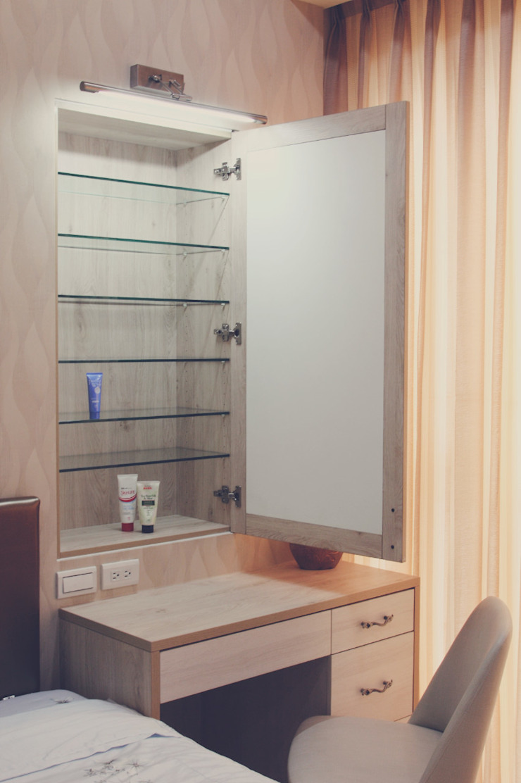 梳妝台也有大量的收納空間儲放保養品等小物: 現代  by 奕禾軒 空間規劃 /工程設計, 現代風
