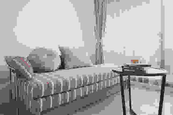 客房也能當作書房讓人在此享受下午茶的休閒時光: 經典  by 奕禾軒 空間規劃 /工程設計, 古典風
