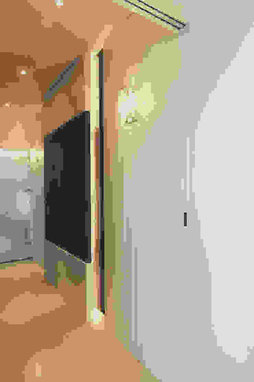 黑色造型拉門打開就是寬敞的更衣空間: 經典  by 奕禾軒 空間規劃 /工程設計, 古典風