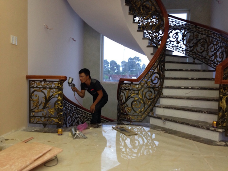 Cầu thang nhôm đúc đẹp dành cho lâu đài, biệt thự bởi CÔNG TY CỔ PHẦN SẢN XUẤT HOÀNG GIA HÀ NỘI Chiết trung Gạch