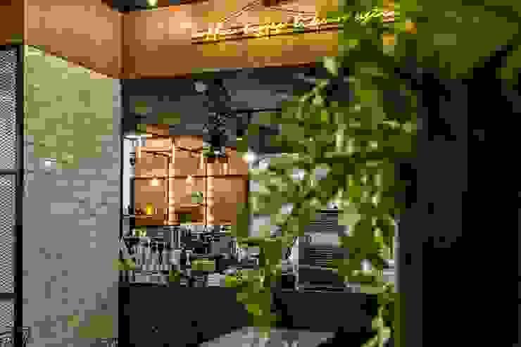 카페인테리어 Vieola coffee 인더스트리얼 다이닝 룸 by im100 communications 인더스트리얼