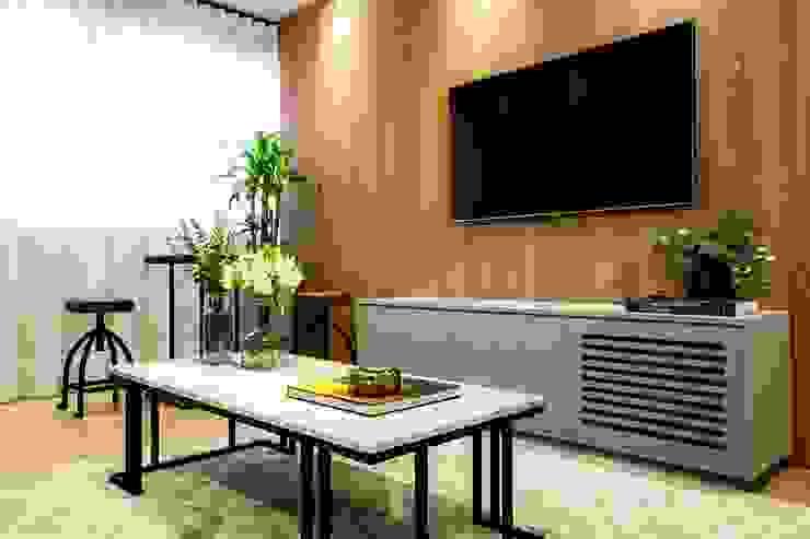 Painel de TV amadeirado e móvel para equipamentos ripado:   por ZOMA Arquitetura,Moderno