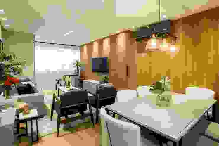 Área social aconchegante com iluminação focal e toque de cor verde:   por ZOMA Arquitetura,Moderno