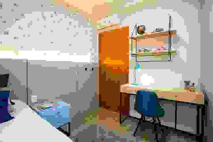 Quarto com cinza, azul e papel de parede de planetinhas por ZOMA Arquitetura Moderno