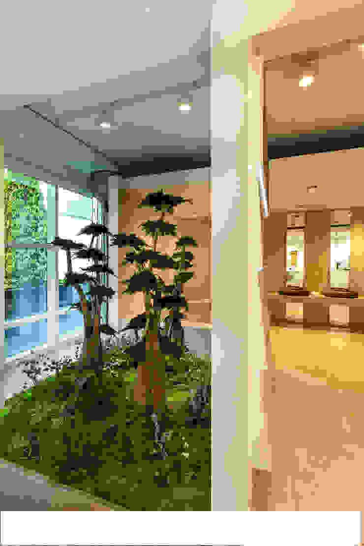 Árboles preservados con jardín horizontal. de Atemporanea Moderno Fibra natural Beige
