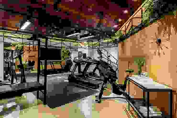 Visual da academia com forro e painel amadeirado, espelho e tijolinho branco ZOMA Arquitetura Fitness moderno