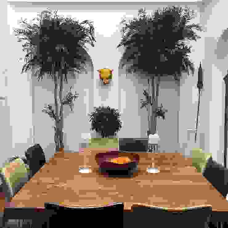 Árboles con mesa africana. de Atemporanea Moderno Fibra natural Beige