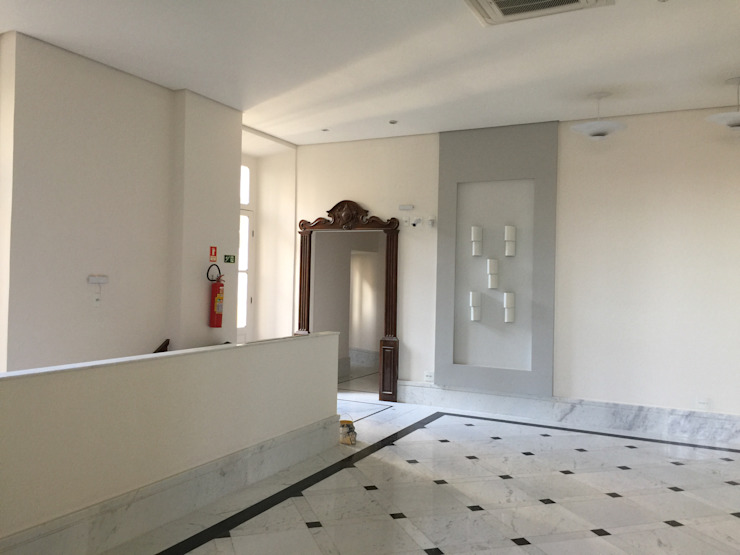 Carlos Eduardo de Lacerda Arquitetura e Planejamento Classic corridor, hallway & stairs