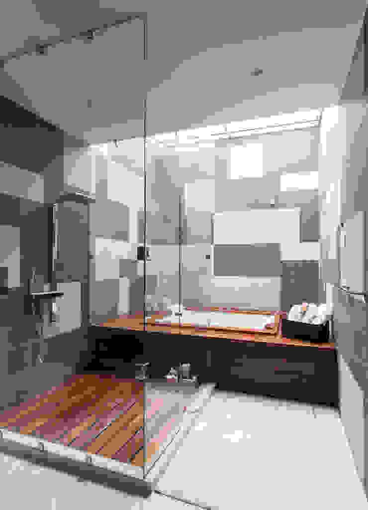 Modern bathroom by TaAG Arquitectura Modern
