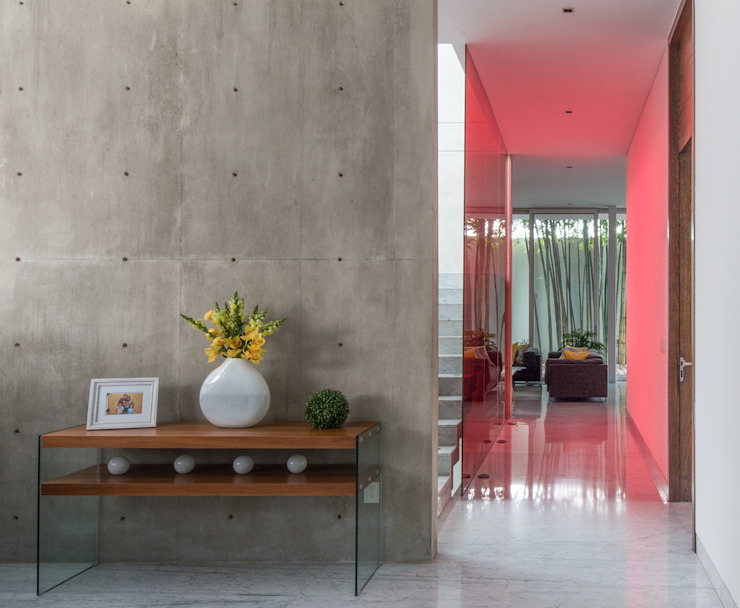 Modern corridor, hallway & stairs by TaAG Arquitectura Modern