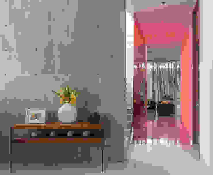 ห้องโถงทางเดินและบันไดสมัยใหม่ โดย TaAG Arquitectura โมเดิร์น