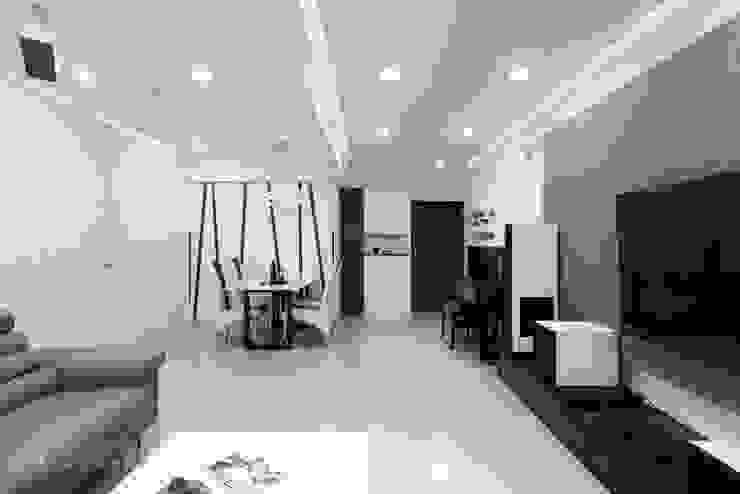Pasillos, vestíbulos y escaleras modernos de 元作空間設計 Moderno