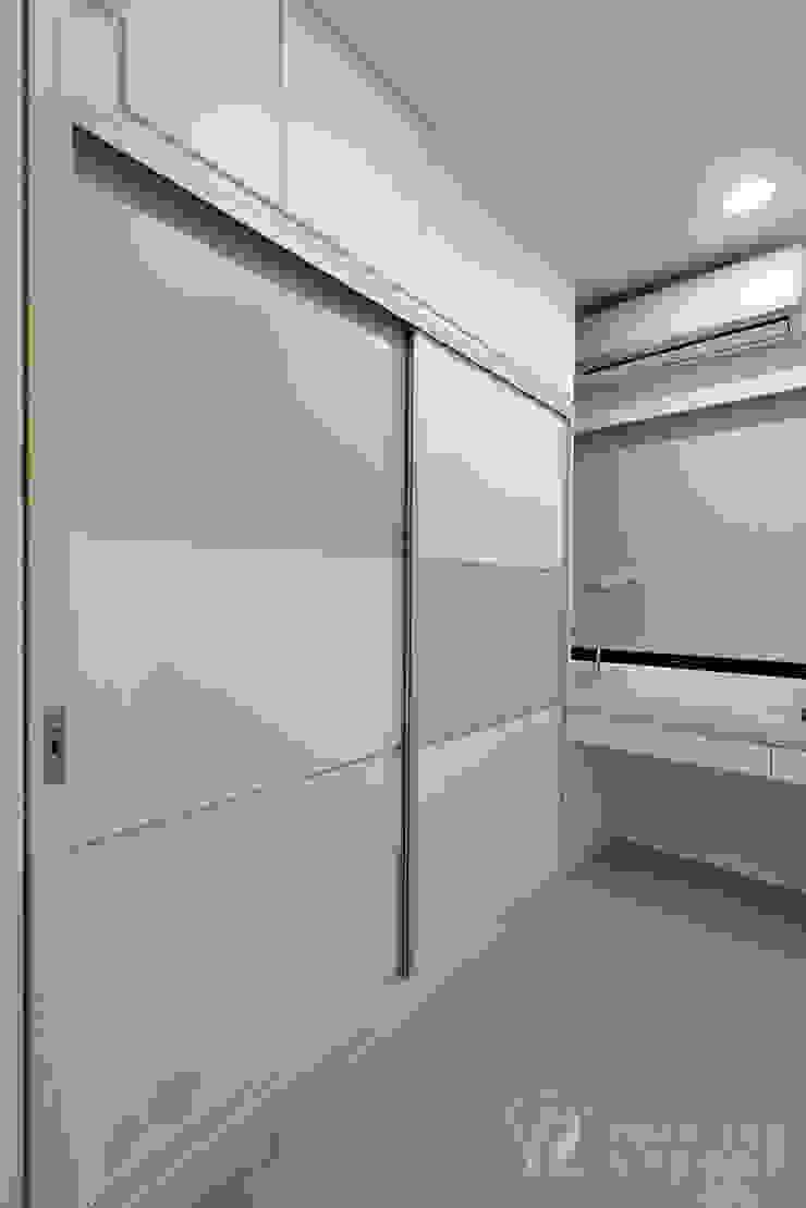 Closets de estilo moderno de 元作空間設計 Moderno
