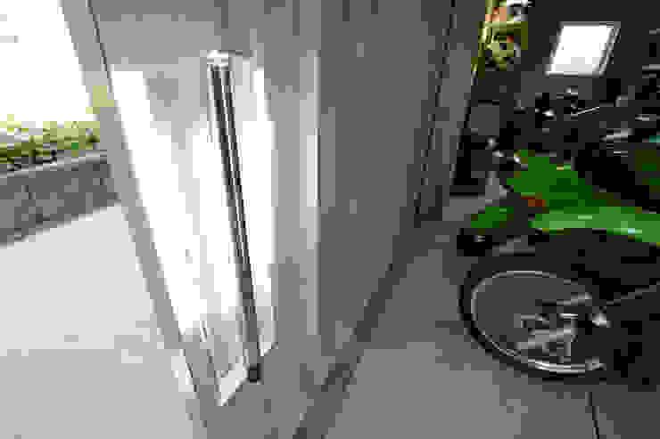 伊勢原 ガレージハウス ミナトデザイン1級建築士事務所 ガレージドア 鉄/鋼 白色