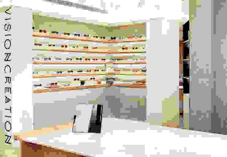 顛覆傳統並充滿視覺享受的眼鏡舖: 現代  by On Designlab.ltd, 現代風