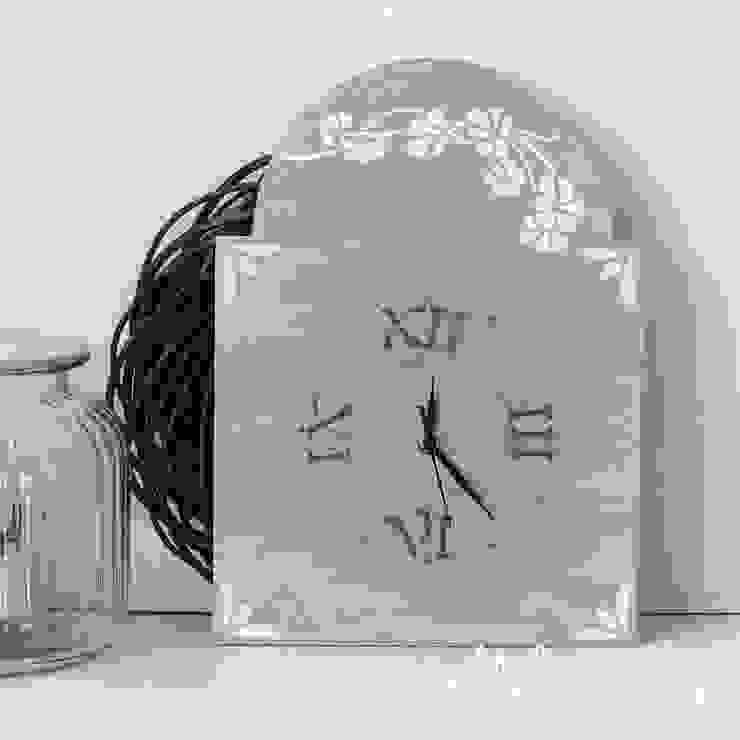 orologio da parete stile shabby chic di Atelier Isy Rurale Legno Effetto legno