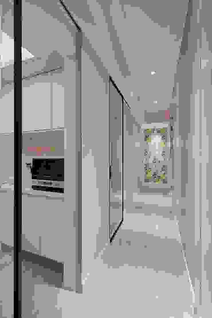 廊道端景 經典風格的走廊,走廊和樓梯 根據 趙玲室內設計 古典風