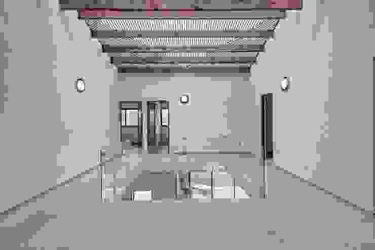 VillaSi Construcciones Modern corridor, hallway & stairs