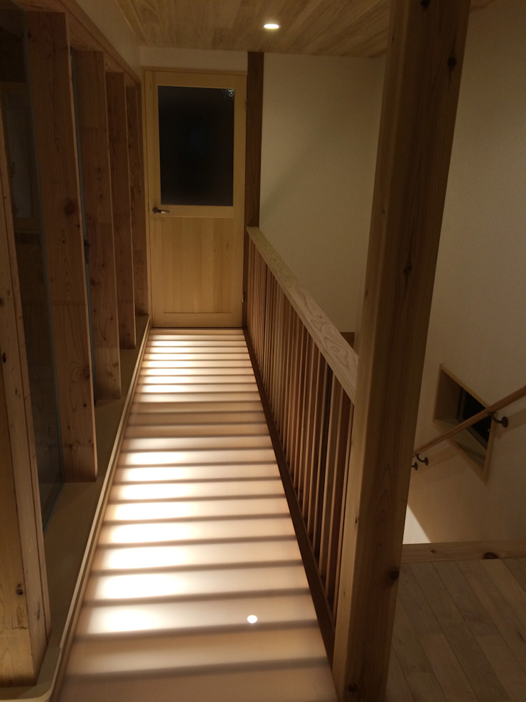 Asian style corridor, hallway & stairs by 株式会社高野設計工房 Asian
