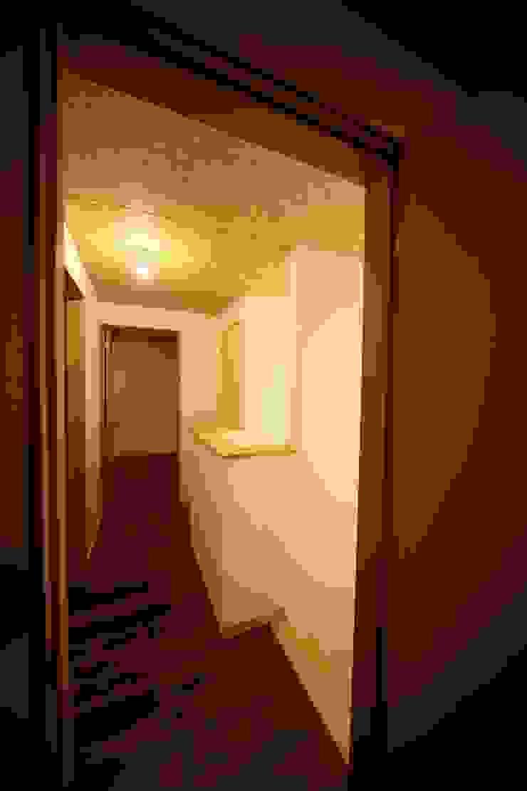Asian corridor, hallway & stairs by 株式会社高野設計工房 Asian