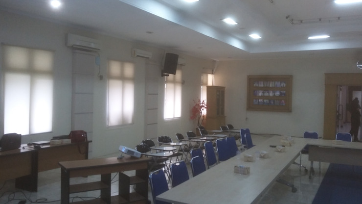Meeting Room :modern  oleh MODE KARYA, Modern Kayu Buatan Transparent