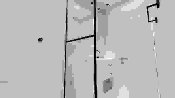 Phòng tắm phong cách kinh điển bởi Aline Mozzer Arquitetura Kinh điển gốm sứ