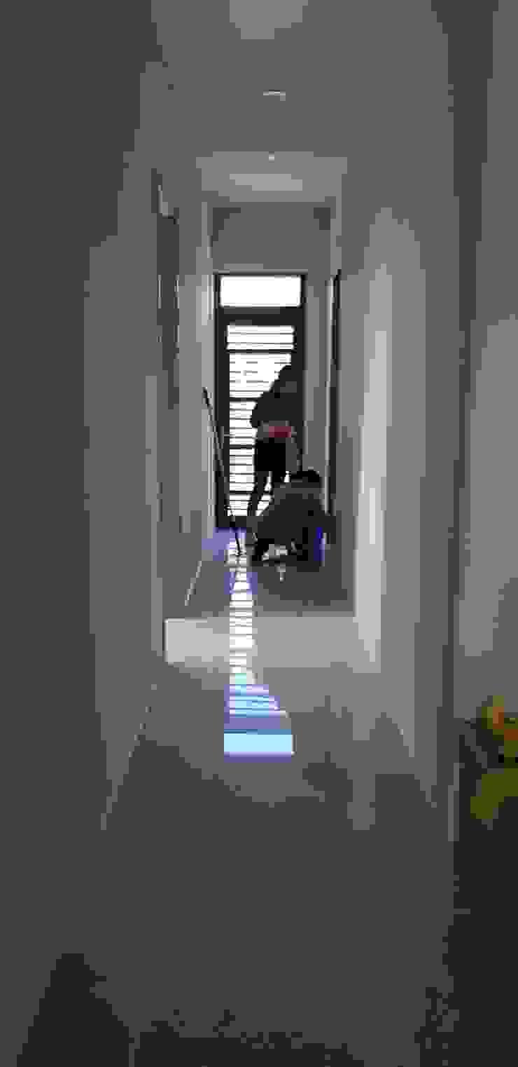 107年 西螺L公館-RC結構平房- (上集 – 施工中) 懷謙建設有限公司 鄉村風格的走廊,走廊和樓梯