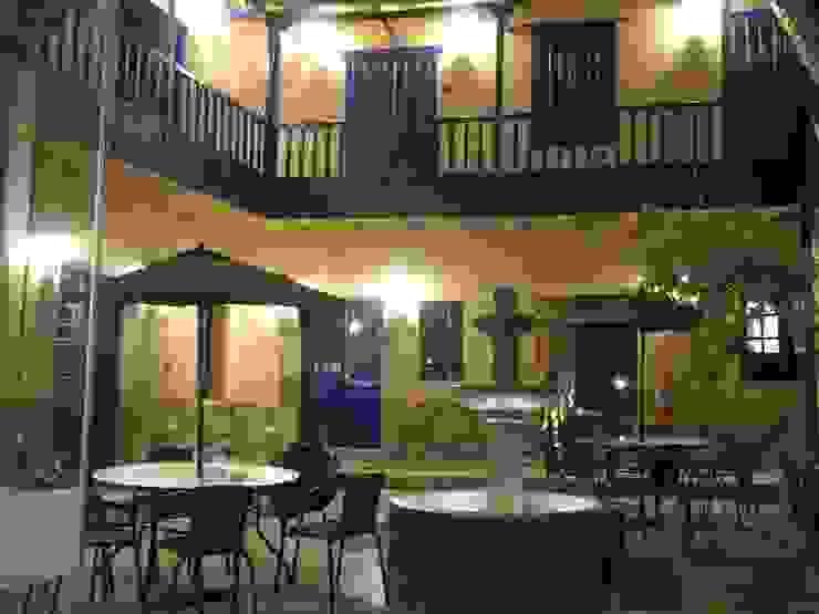 Terraza y balcon de Rodrigo León Palma Colonial Madera Acabado en madera