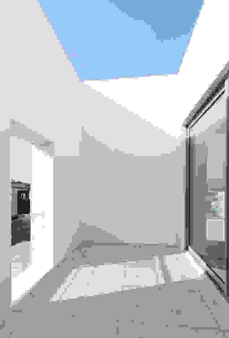 Balcones y terrazas de estilo moderno de Lee Jae Architects Moderno