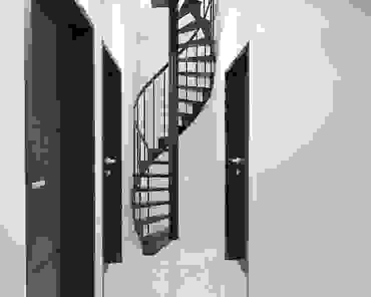 Tangga menuju lantai 3 Oleh Tatami design