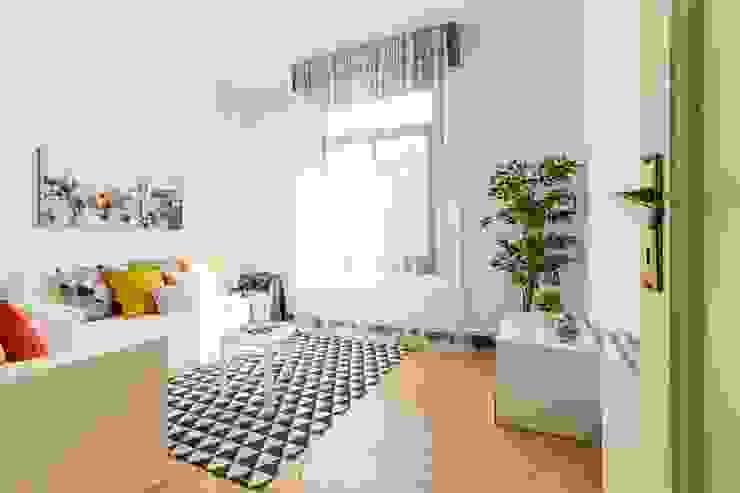 Home staging con muebles de cartón en un piso de herencia Salones de estilo moderno de Impuls Home Staging en Barcelona Moderno