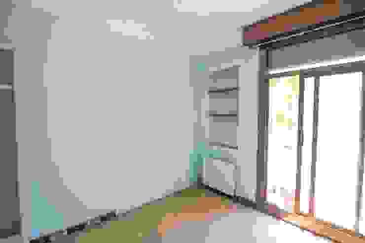 Home staging con muebles de cartón en un piso de herencia:  de estilo  de Impuls Home Staging en Barcelona