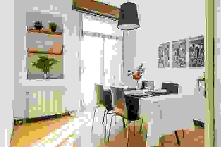 Home staging con muebles de cartón en un piso de herencia: Comedores de estilo  de Impuls Home Staging en Barcelona