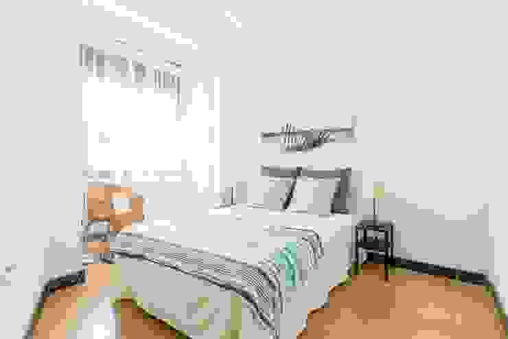 Home staging con muebles de cartón en un piso de herencia: Dormitorios de estilo  de Impuls Home Staging en Barcelona