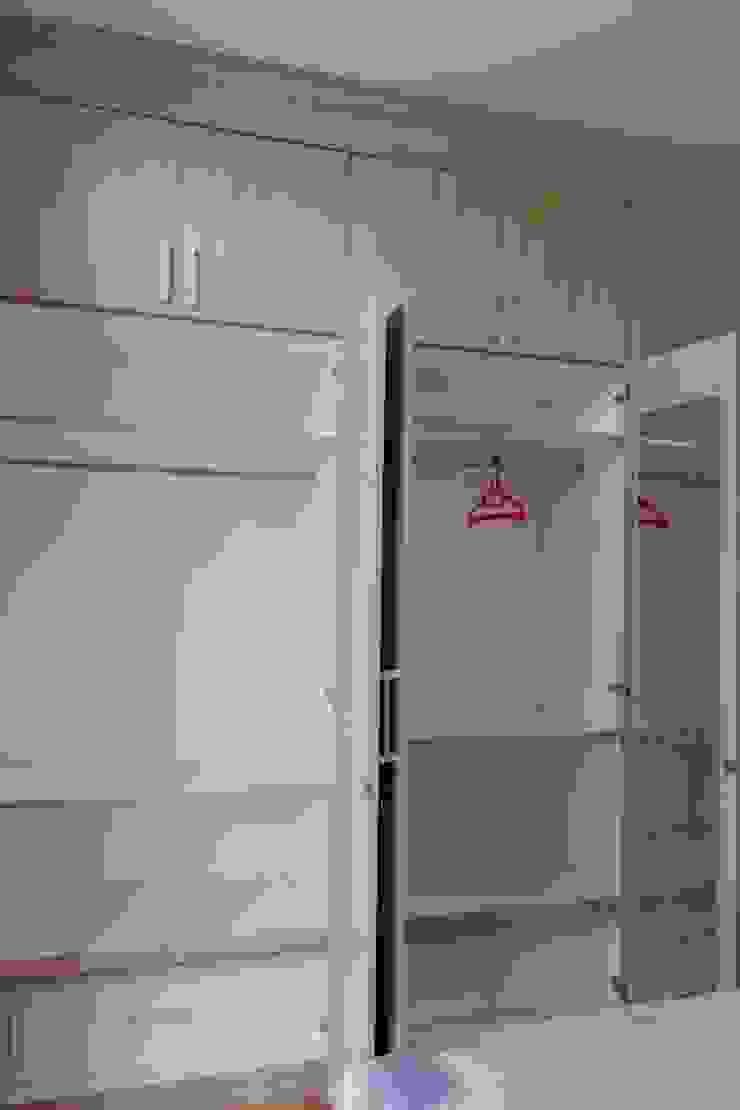 Lemari pakaian Oleh Tatami design