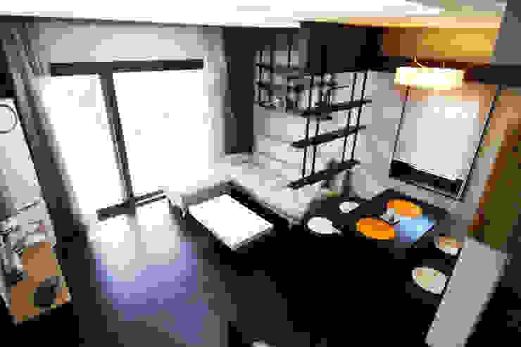 실내 좌측 1층 모던스타일 거실 by IDA - 아이엘아이 디자인 아틀리에 모던