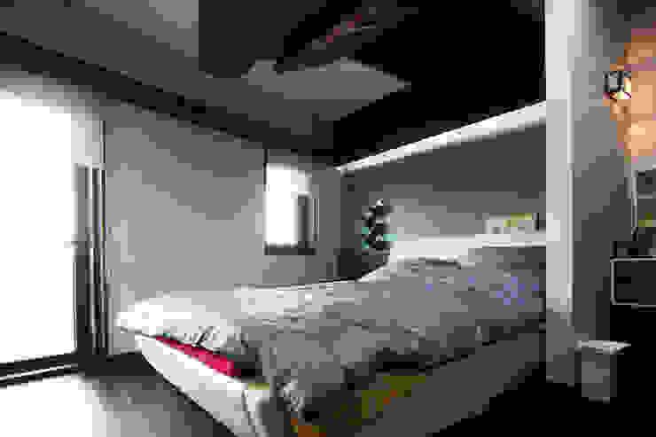 실내 좌측 2층 모던스타일 침실 by IDA - 아이엘아이 디자인 아틀리에 모던