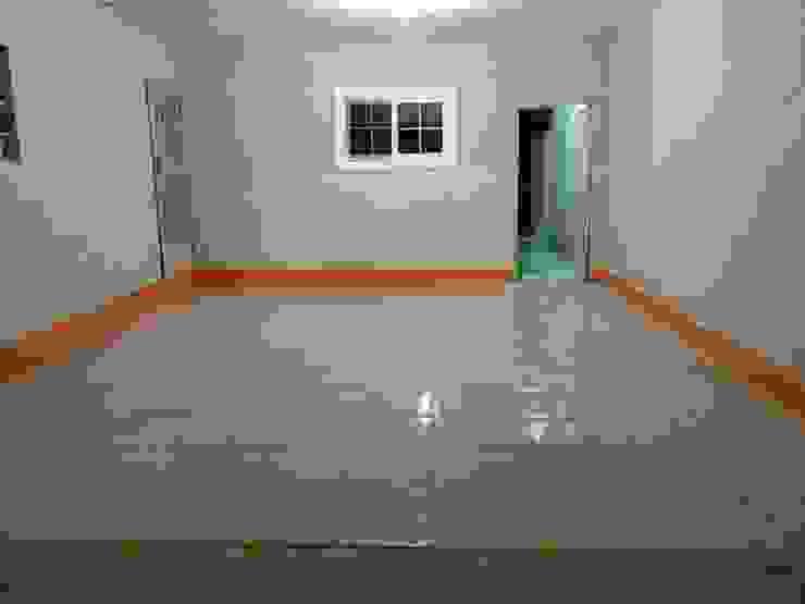 piso cochera : Garajes abiertos de estilo  por Constru - Acción, Moderno Cerámico