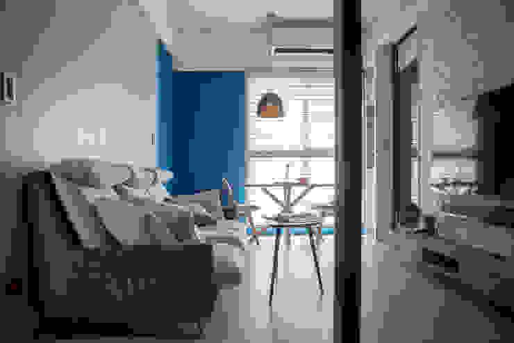 現代簡約舞春秋 现代客厅設計點子、靈感 & 圖片 根據 富亞室內裝修設計工程有限公司 現代風 複合木地板 Transparent